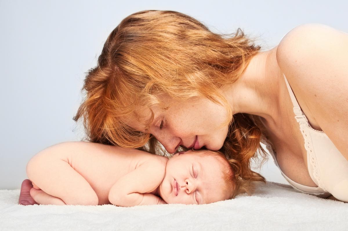anyuka puszilja az alvó kisbabáját