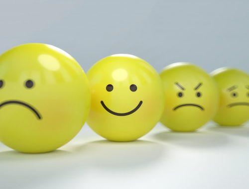 emotikonok sárga labdákon