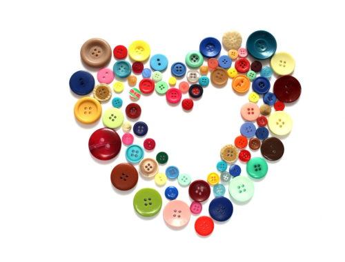 szív színes gombokból kirakva