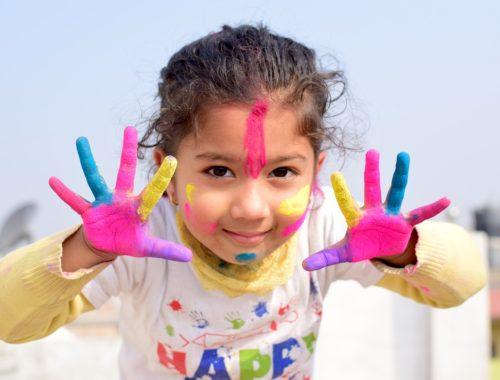 festékes kislány