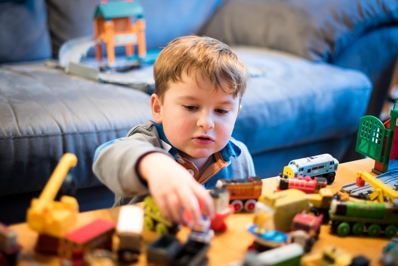 játékaival játszó kisfiú