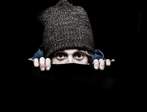rejtőző ember