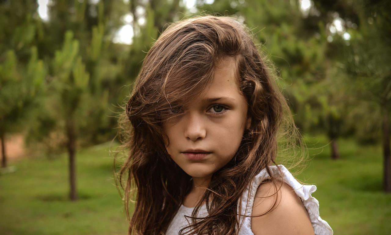 kislány a természetben