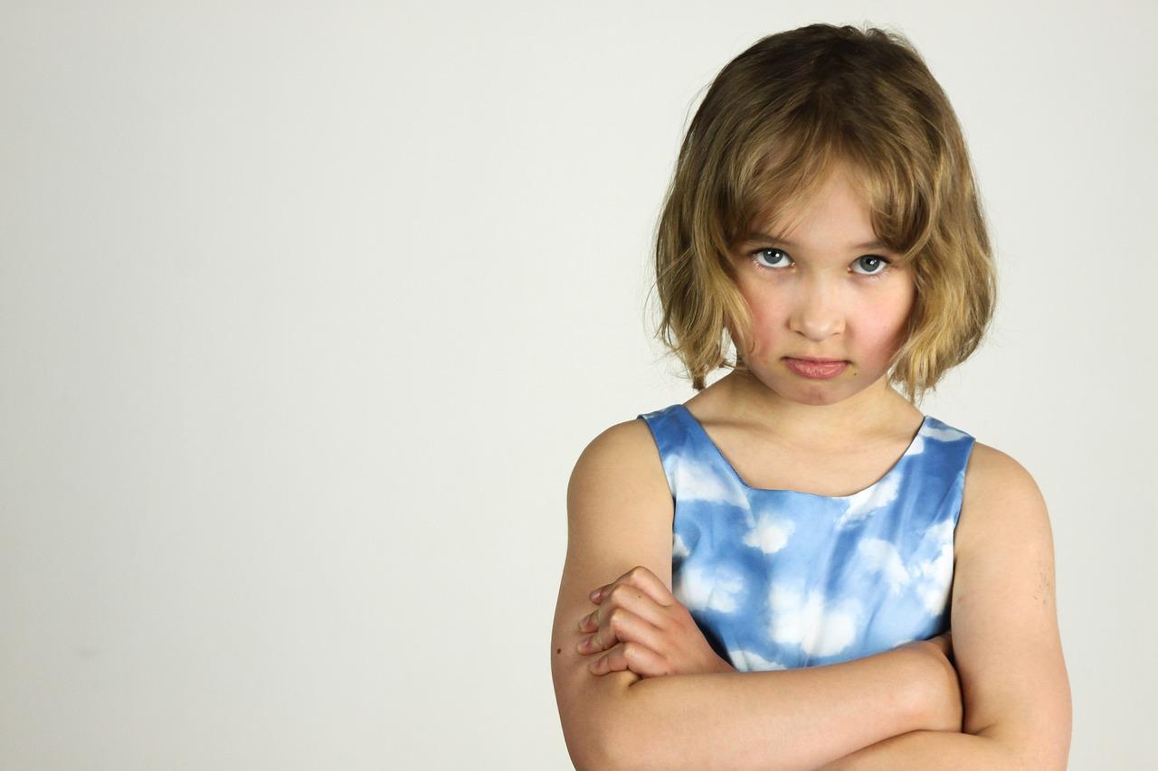 duzzogó kislány kék ruhában