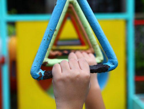 színes gyerekmászóka kapaszkodója