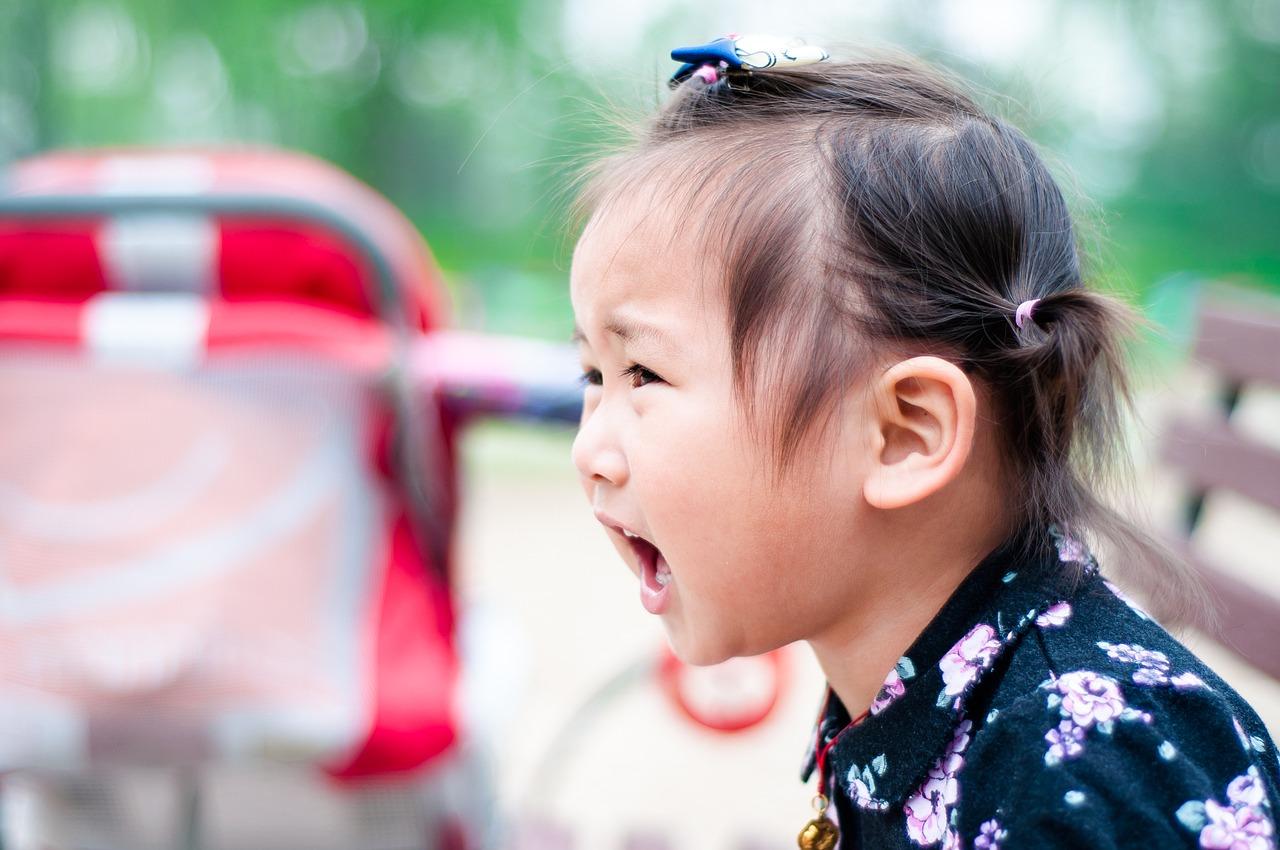 kiáltó kislány