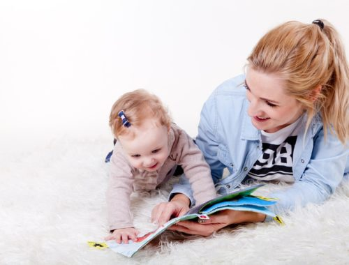 gyerekével képeket nézegető anyuka