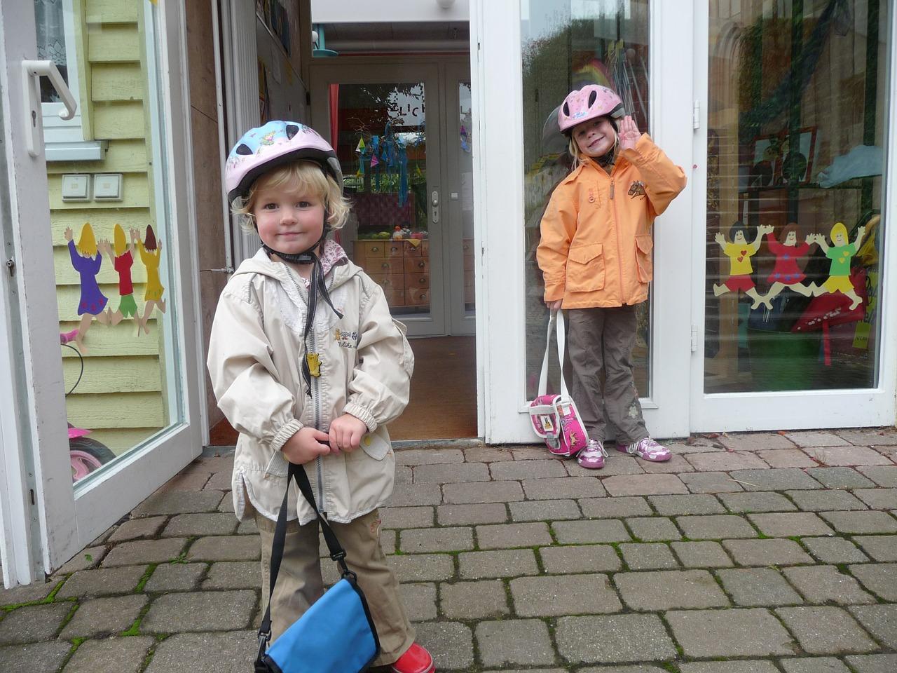 gyerekek a bolt elött