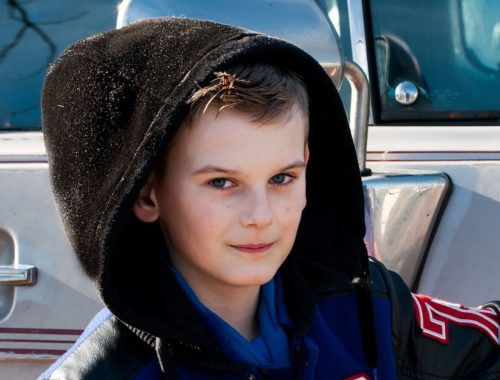 kisfiú kapucnival a fején
