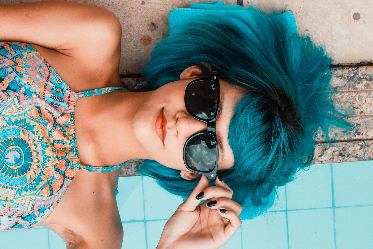 kék hajú lány napszemüveggel