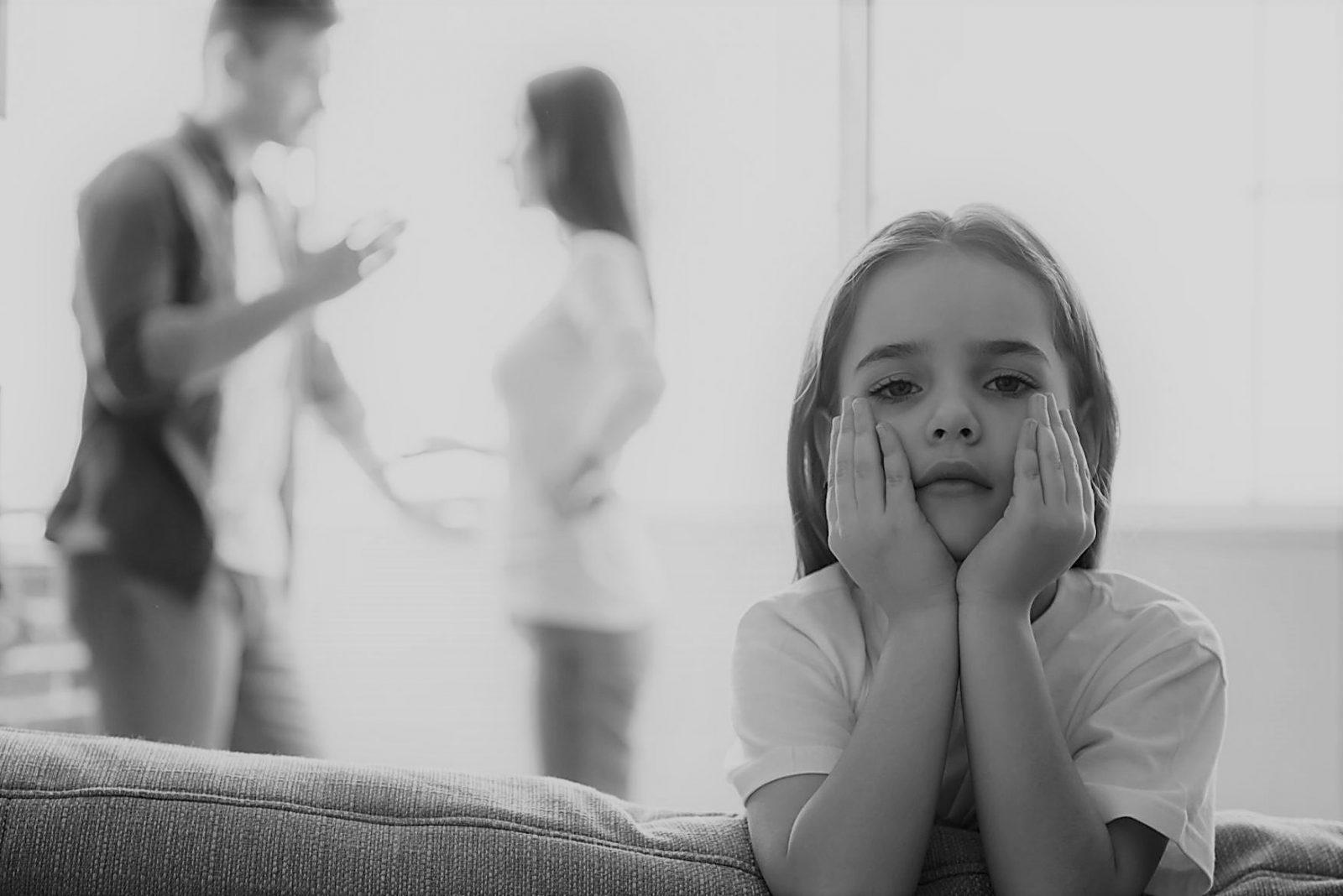 szülők veszekednek a gyerek szomorú