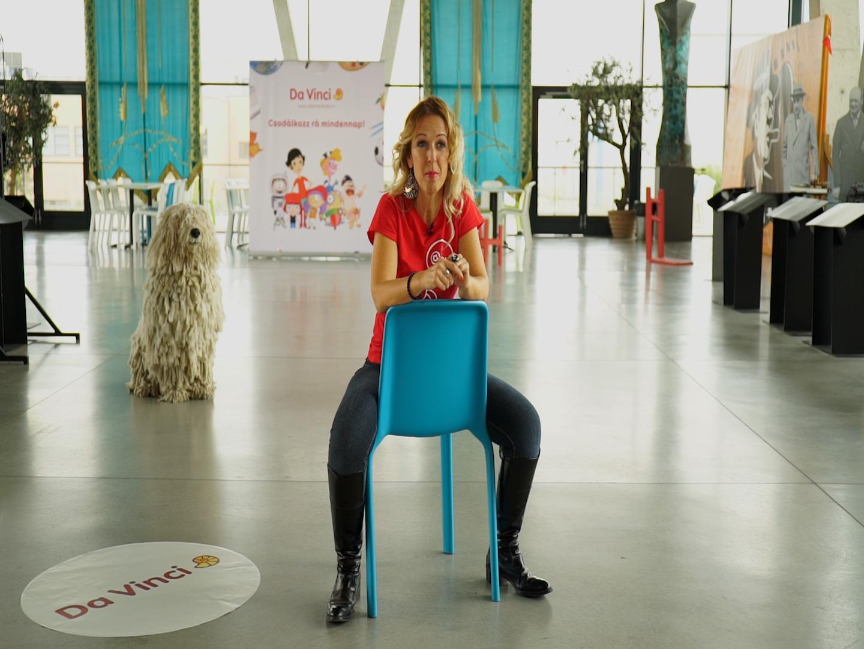 széken ülő szőke nő