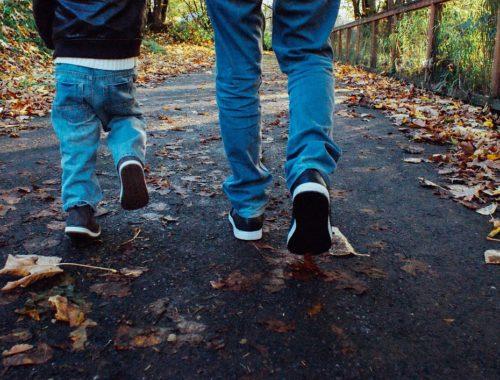 felnőtt és gyerek sétálnak