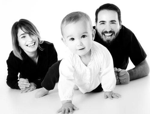 gyerekükkel játszó szülők
