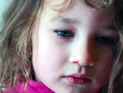 kislány arca közelről