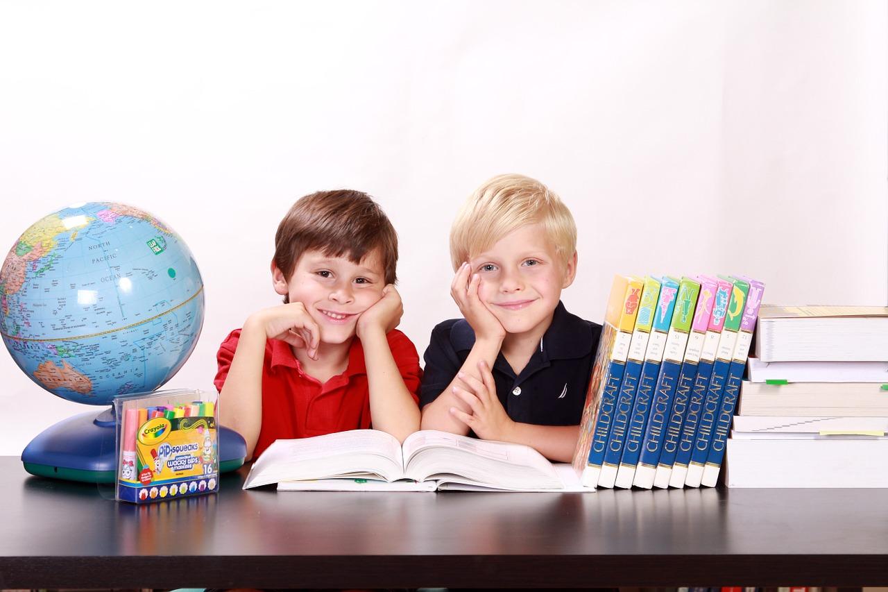 gyerekek földrajzot tanulnak