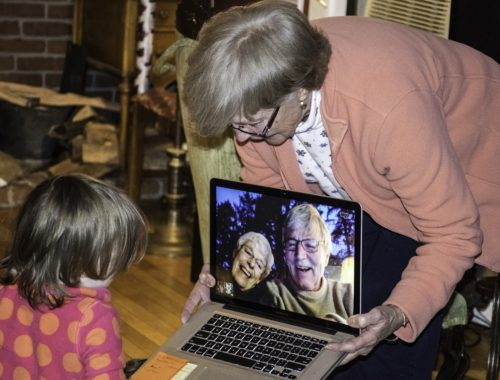 nagypapáékkal beszélgetés laptopon