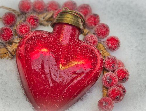 piros szívecske dísz bogyókkal