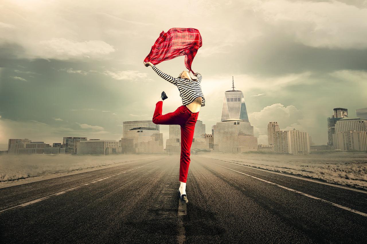 táncoló lány az úton