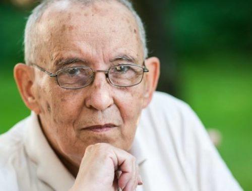 idős szemüveges férfi