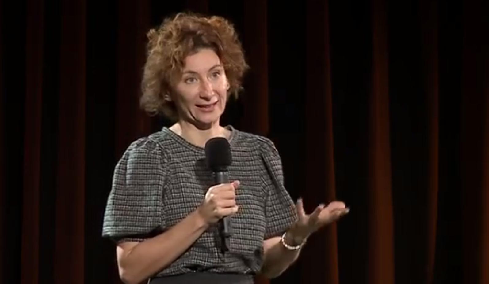 mikrofonnal beszélő nő