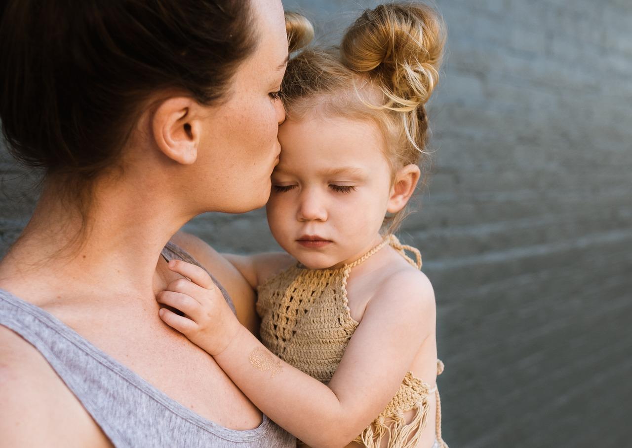 anyuka puszit ad a kislányának