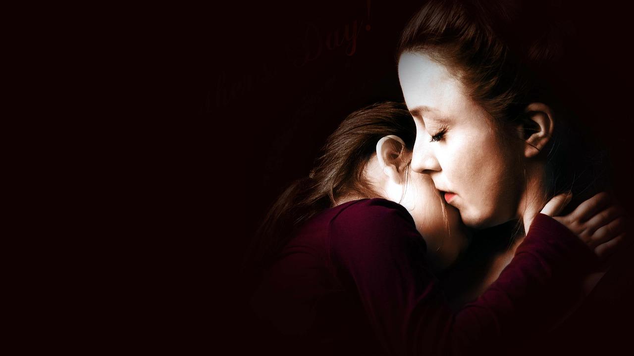 anyuka öleli a lányát