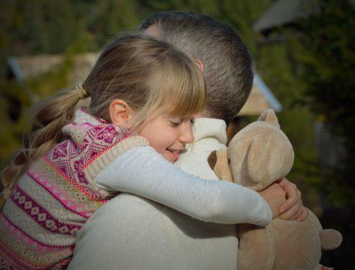 kislány öleli az apukáját