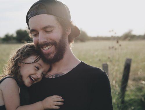 kislány hozzábújik az apukájához
