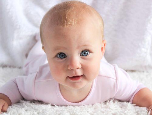 szőke kisbaba kék szemekkel
