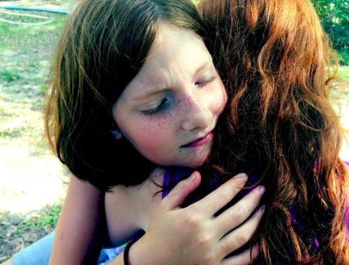 két kislány megöleli egymást