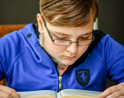 olvasó szemüveges fiú