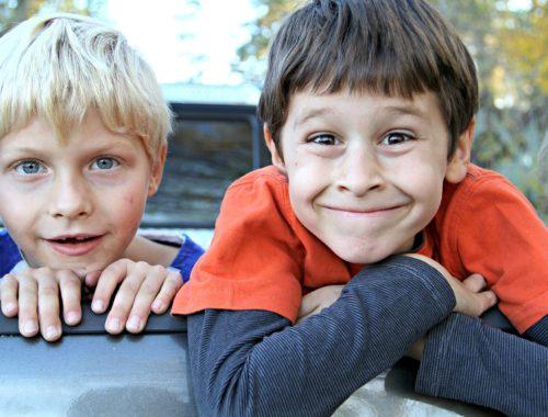 szőke és barna hajú fiúk