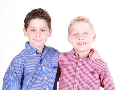 szőke és barna hajú fiúk kockás ingben