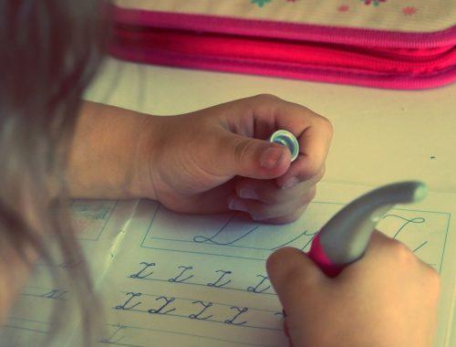 kislány z betű írását gyakroloja