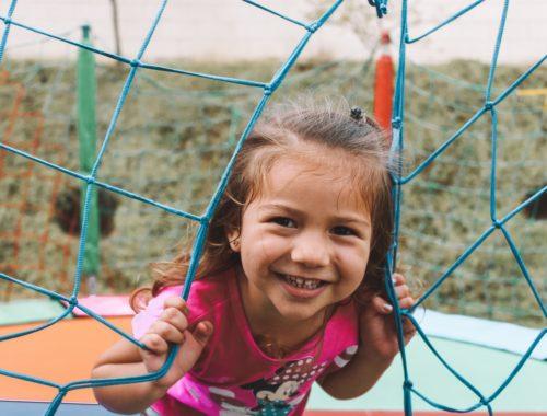 trambulinban boldog gyerek