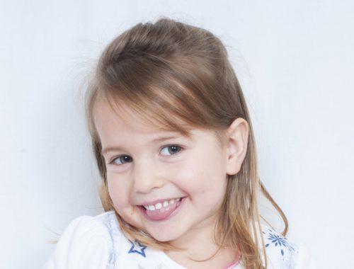 mosolygó kisgyerek kinyújtott nyelvel