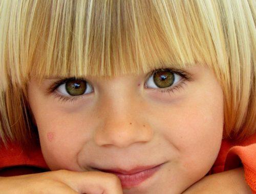 szőke kisgyerek, nagy barna szemekkel