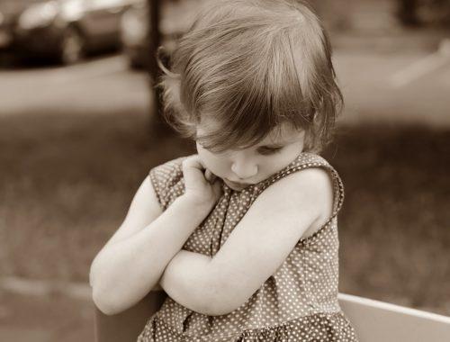 pöttyös ruhaban kislány