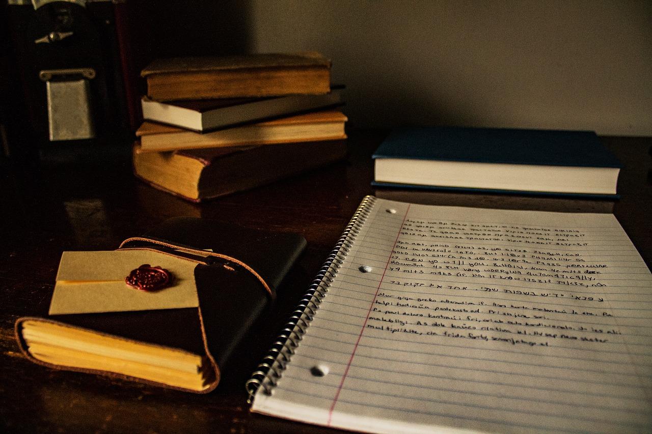 füzet könyvekkel és levéllel