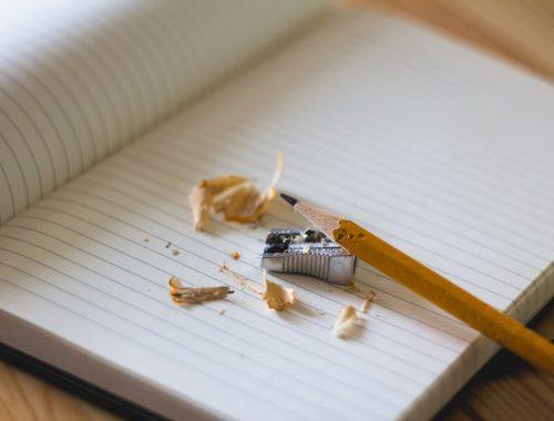 füzet ceruzával és hegyezővel
