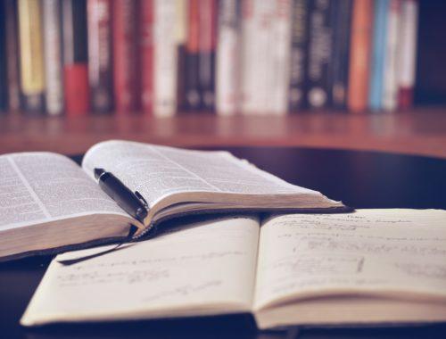 Biblia és jegyzetfüzet