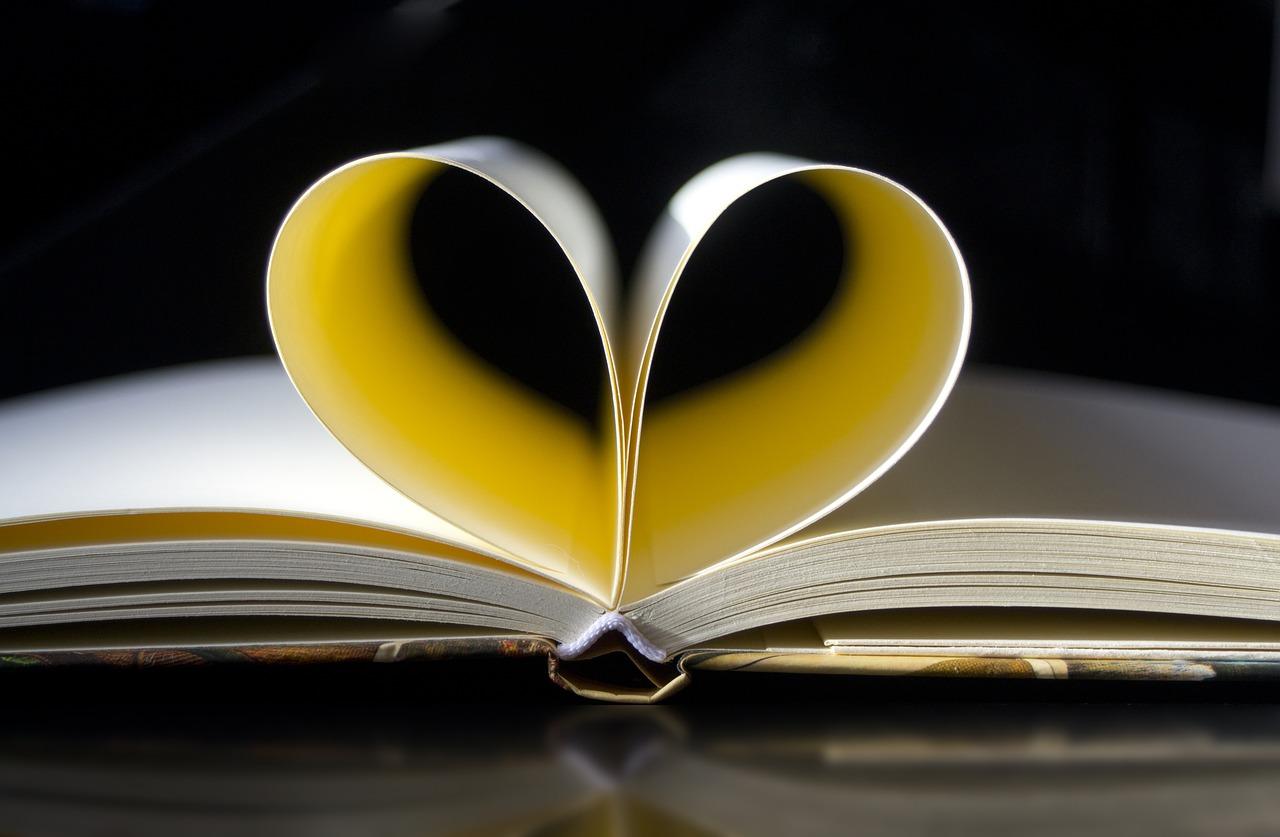 szívet formáló füzet