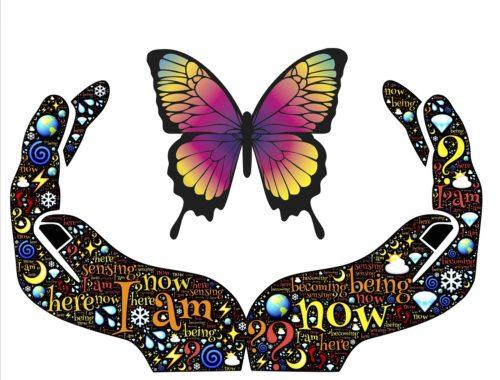 színes pillangó és egy rajzolt kéz