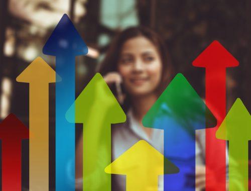 színes nyilak, háttérben egy nővel
