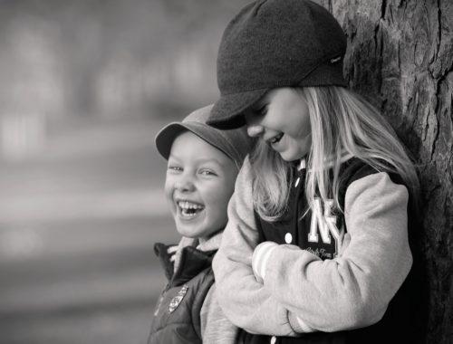 nevető gyerekek a fának támaszkodva