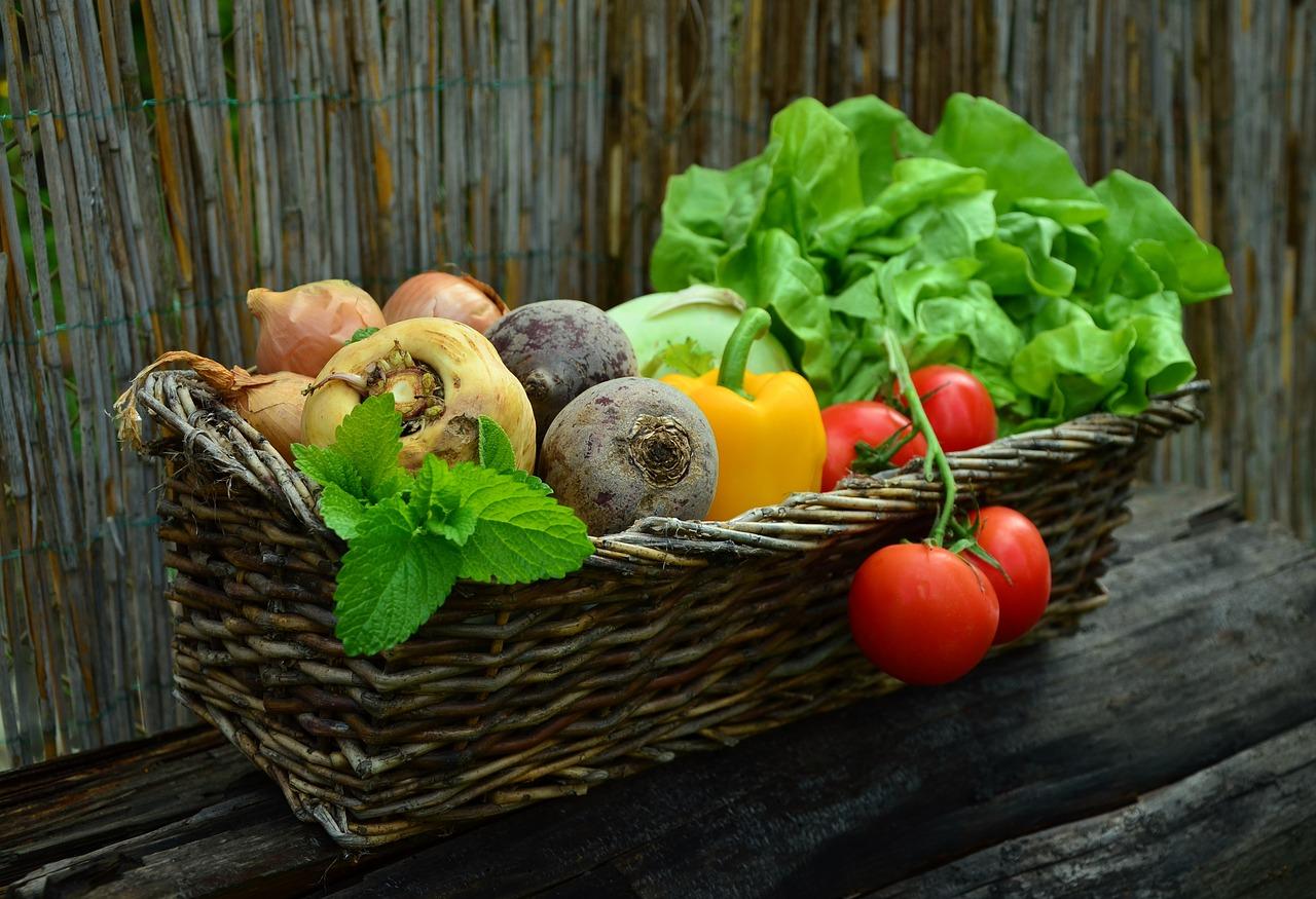 kosárban zöldségek