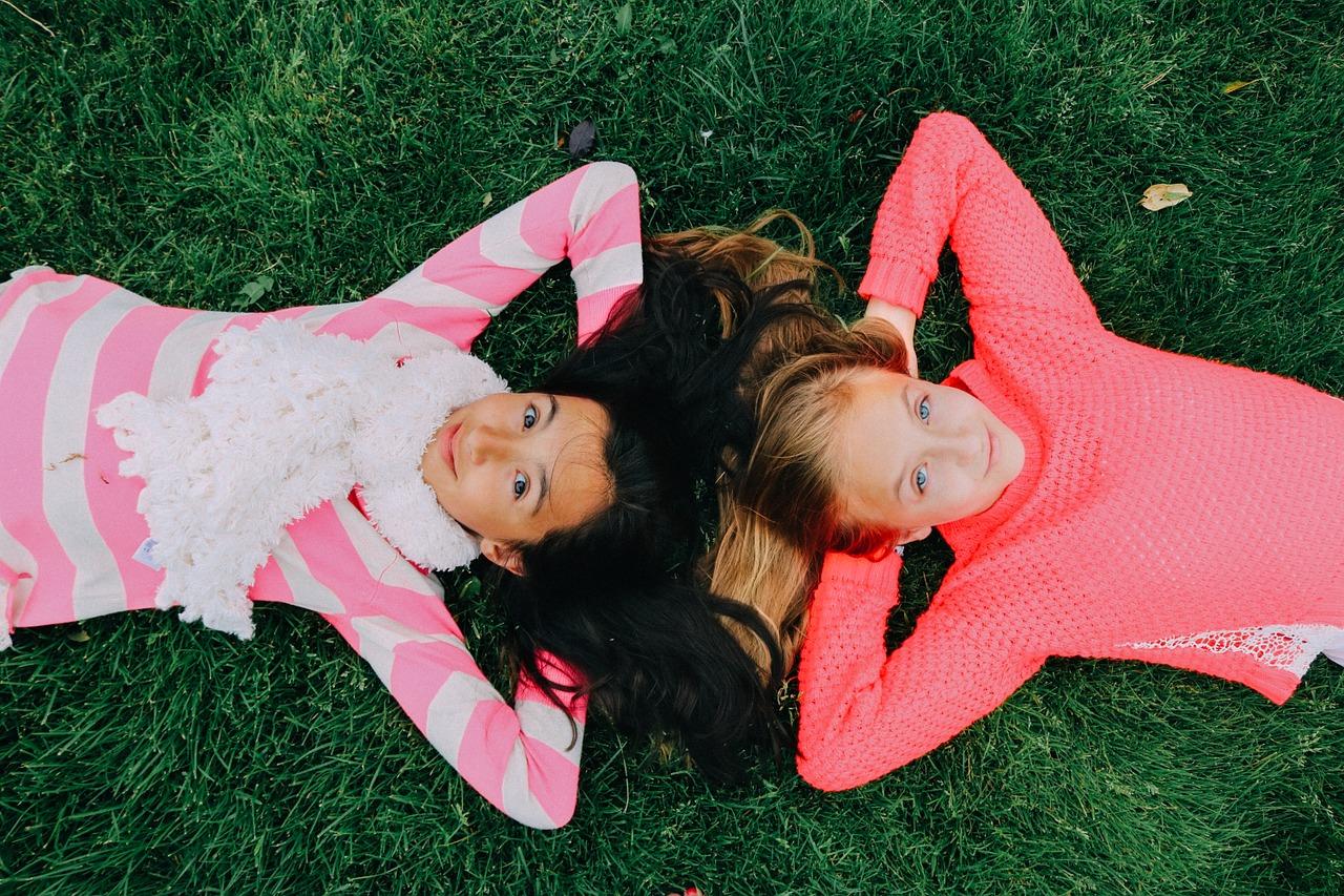 kislányok fekszenek a földön