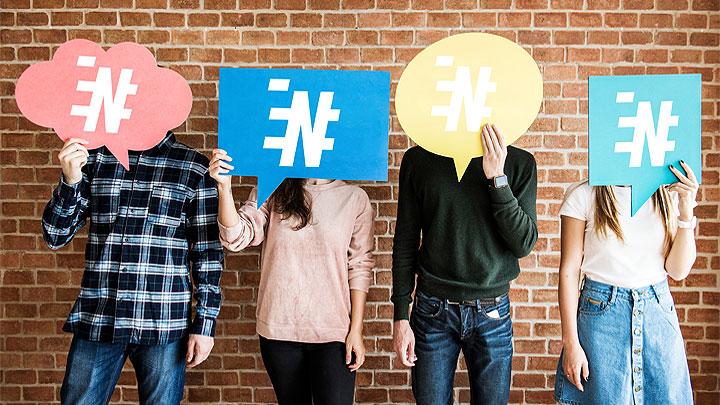 fiatalok színes papírokkal takarják el az arcukat