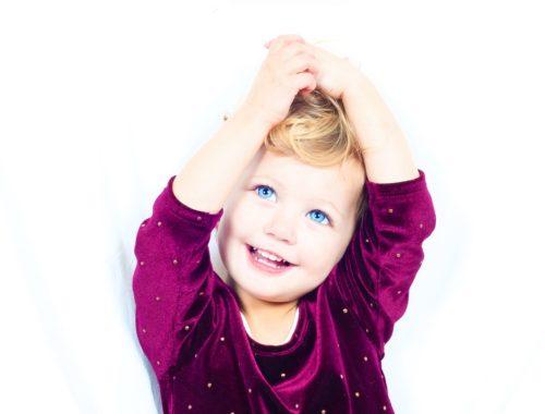 kislány lila pulóverben